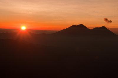 Salida del Sol, Vista Desde la Cumbre, volcanes Fuego y Acatenango en silueta