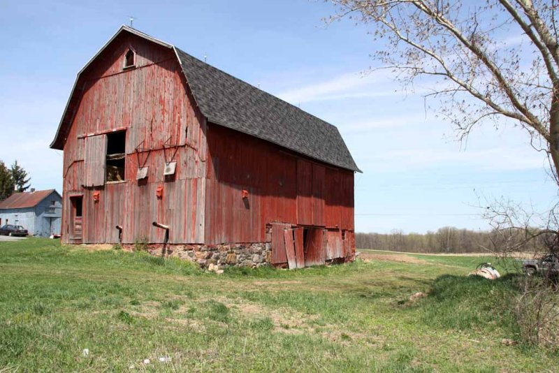 RED BARN / GREY ROOF
