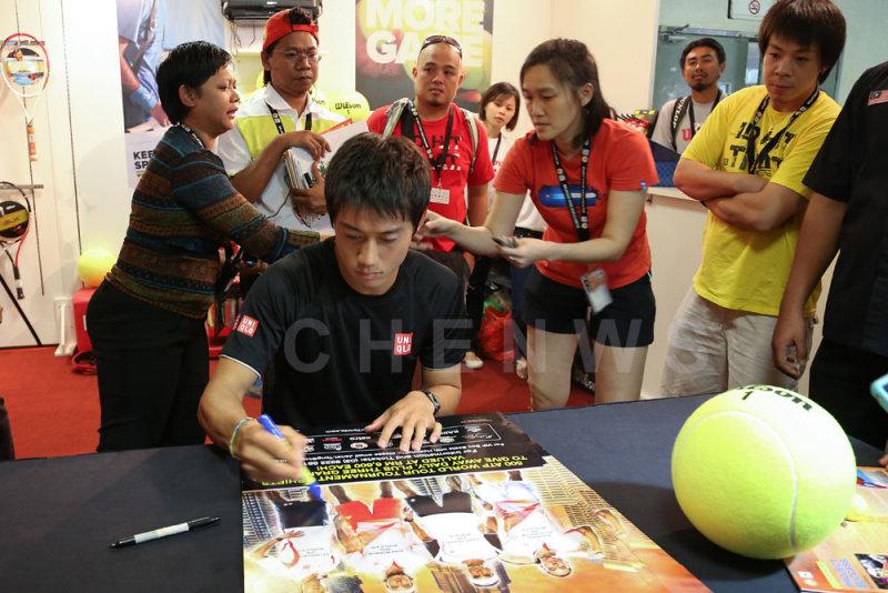 Kei Nishikori signing autographs