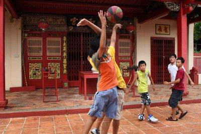 Basketball : Mid-air duel