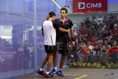 Mohamed El Shorbagy congratulates the younger Tarek Momen (white) for his win.