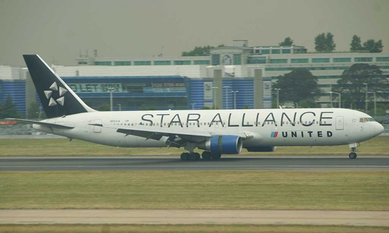UA 767-300 wearing Star Alliance colour landing in LHR