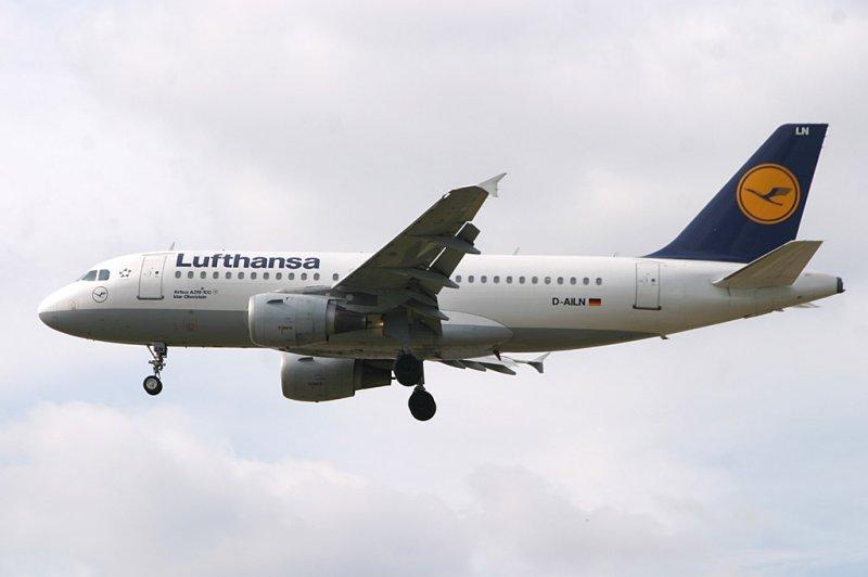 LH A-319 approaching LHR 27L
