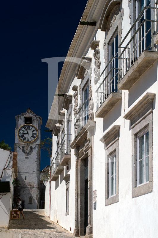 O Palácio da Galeria e a Torre do Relógio da Igreja Paroquial