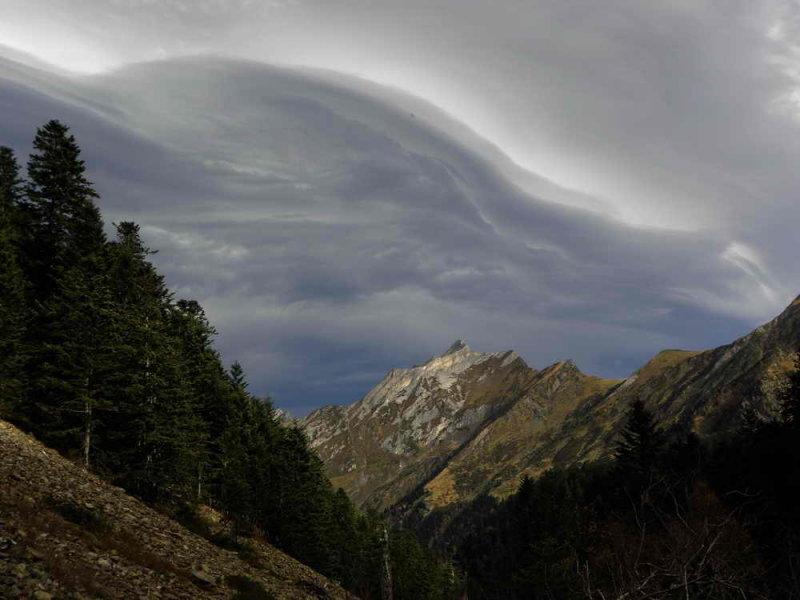 Pic de Sarret (2223 m) sous un ciel en colère