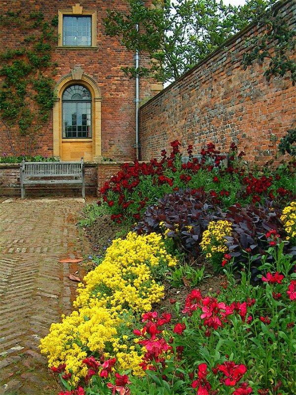 Garden corner, Barrington Court (5768)