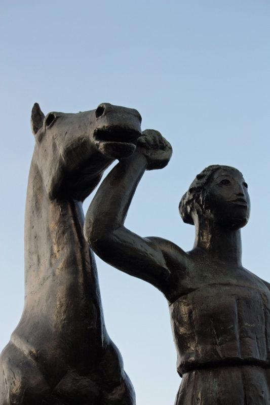 Amazone, Pferd führend 1