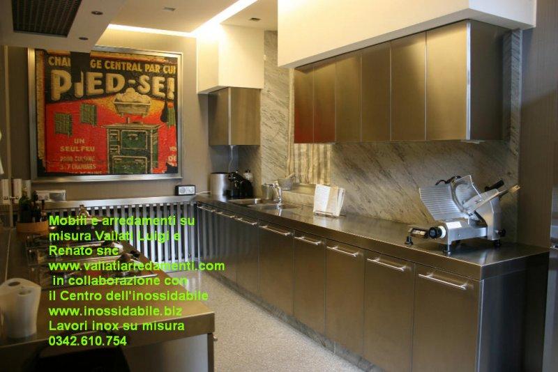 Mobile e top cucina su misura arredo acciaio inox satinato e legno ...