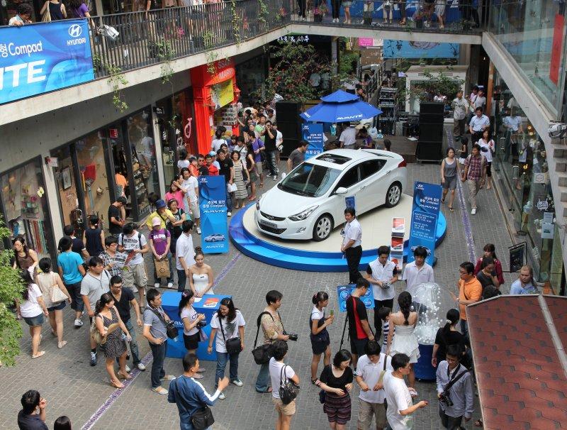 Insa-dong - Hoping to win a Hyundai Avante