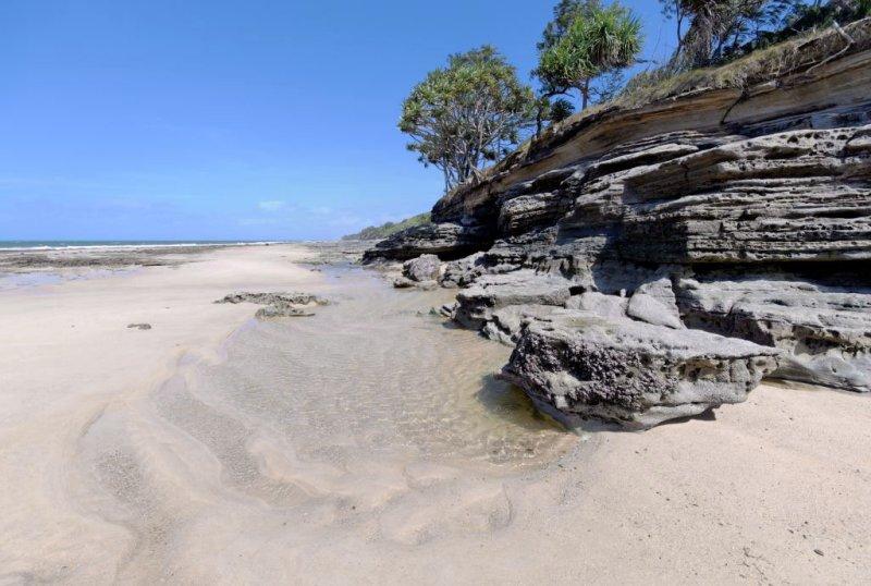 Cliff and beach (DSC4210).jpg