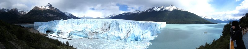 Marla overlooking a panorama of Glaciar Moreno