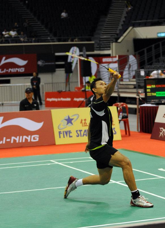 Kuncoro backhand racket deflection.jpg