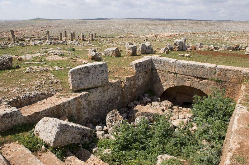 Dead cities from Hama april 2009 8652.jpg