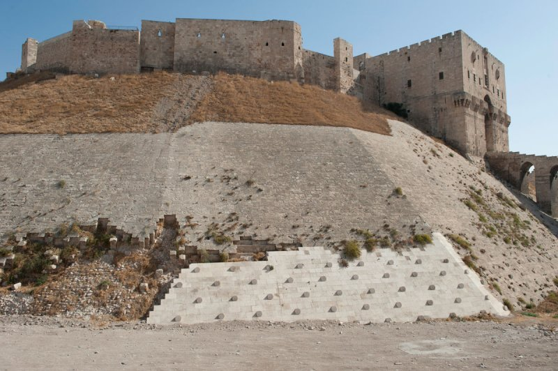 Aleppo Citadel september 2010 9925.jpg