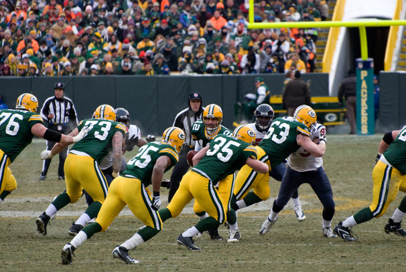 Aaron Rodgers (12) hands the ball off to Ryan Grant (25)
