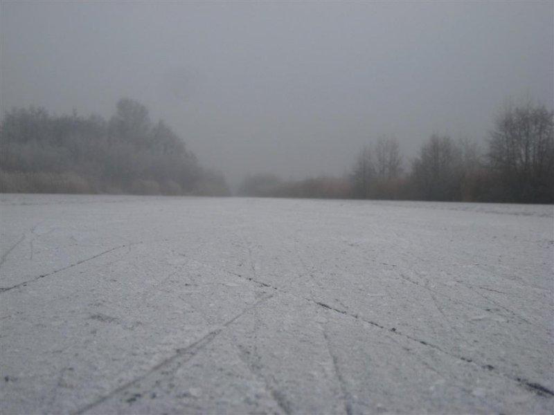023 - Molenpolder: sneeuw en opgevroren schaatsslijpsel...