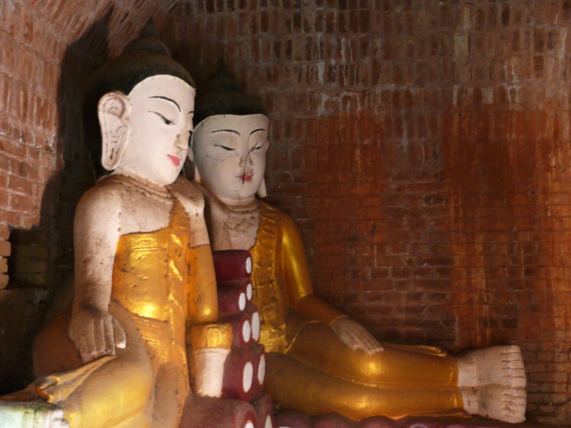 Two buddhas in Bagan.jpg