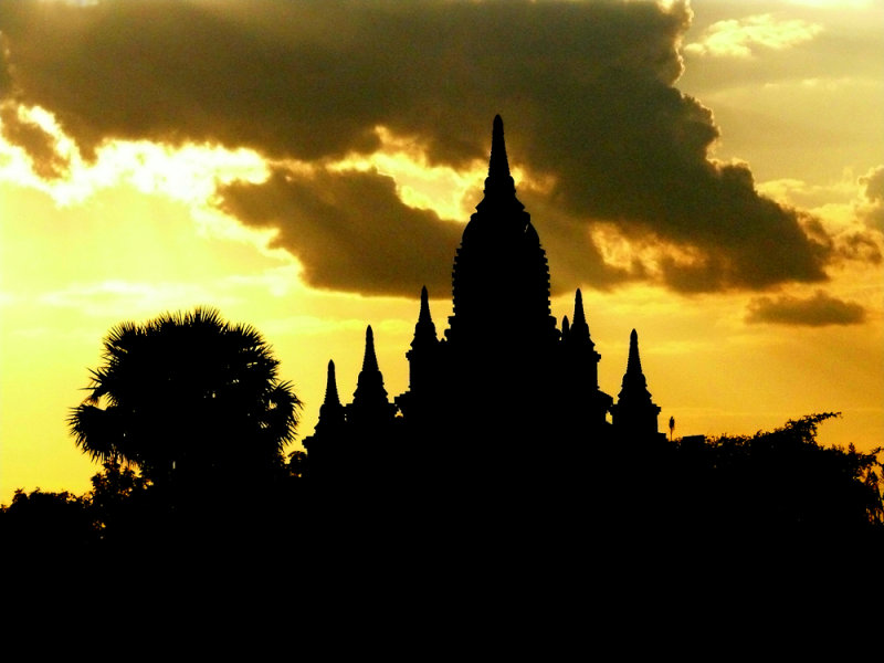 Tree and temple sunset Bagan.jpg