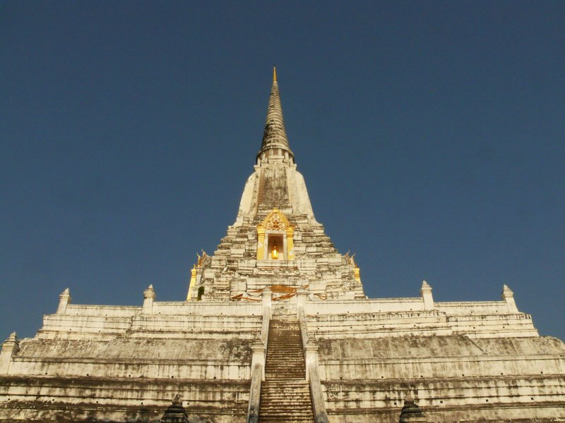 White stupa Ayuthaya.jpg