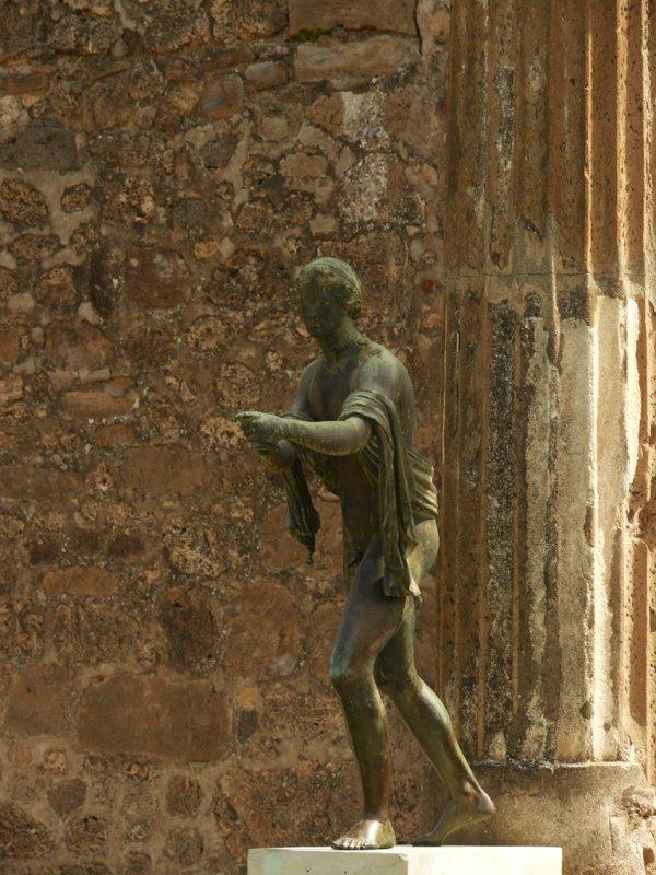Statue and pillar Pompei web.jpg