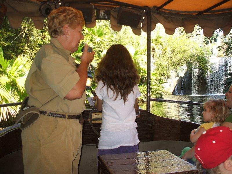 Anita manejando el Jungle cruise