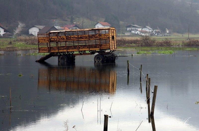 Ljubljansko barje (poplavljeni voz copy.jpg)