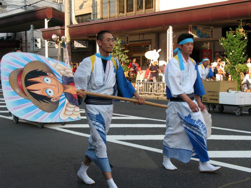 Carrying an extra-large uchiwa (fan)