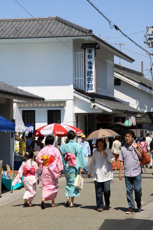 Yukata-clad girls and nearby Tie-Dyeing Museum