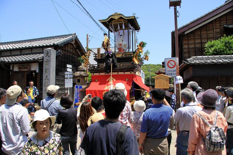 Group of spectators beside the Jingū-kogo-sha
