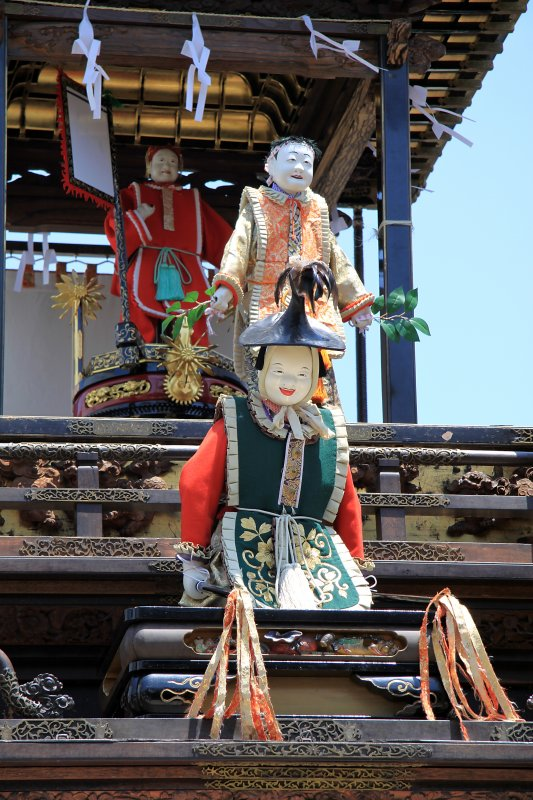 Dolls atop the Karako-sha float