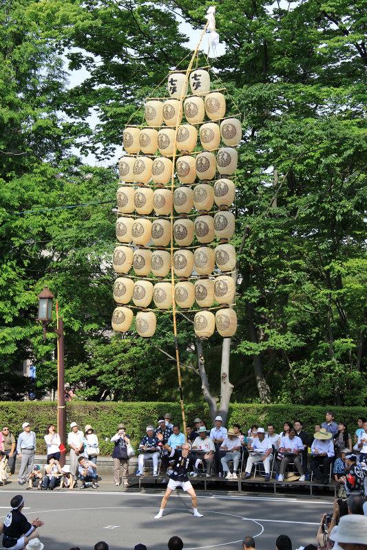 Head balancing act in Senshū-kōen