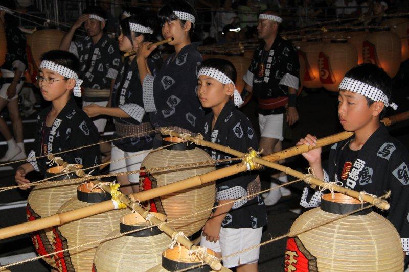 Young boys carrying a kantō