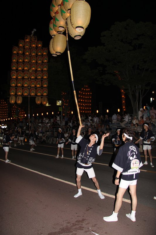 Kantō hoisted up by one hand