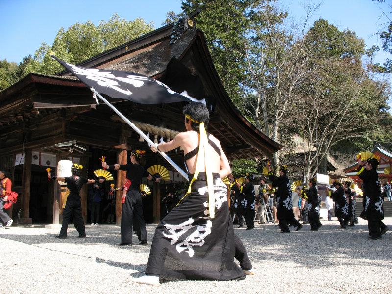 Waving a flag outside the Hon-dō