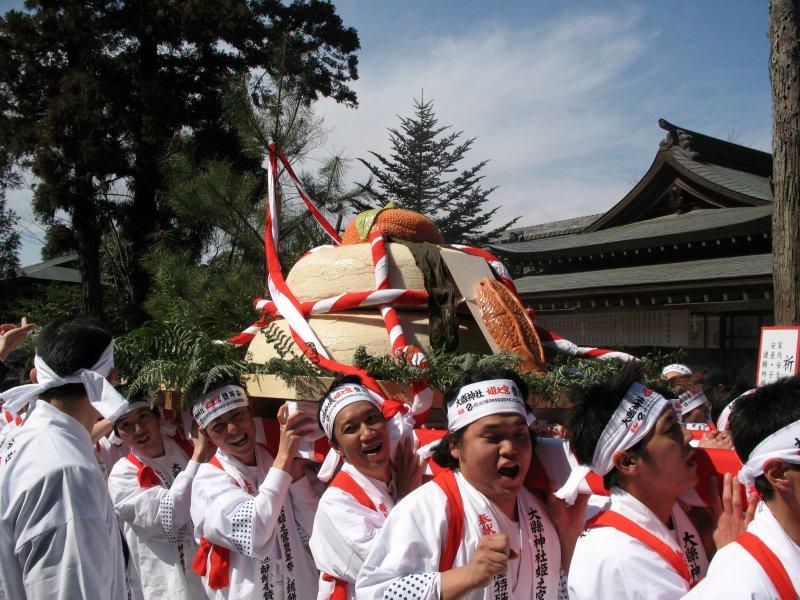 Bringing in the mochi mikoshi