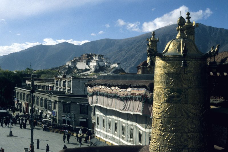 Lhasa, View on the Potala from the roof of Jokhang