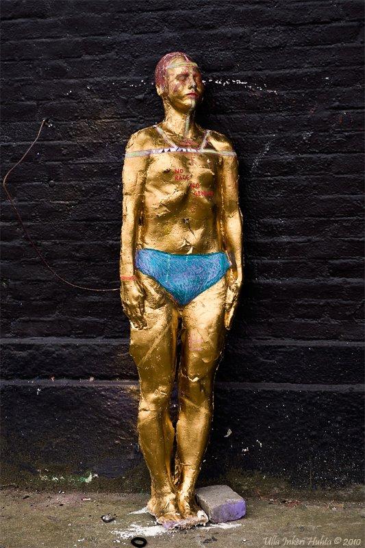 27/6 Artpiece at Röda Sten. I THINK it´s an art piece No race, no gender parhaps