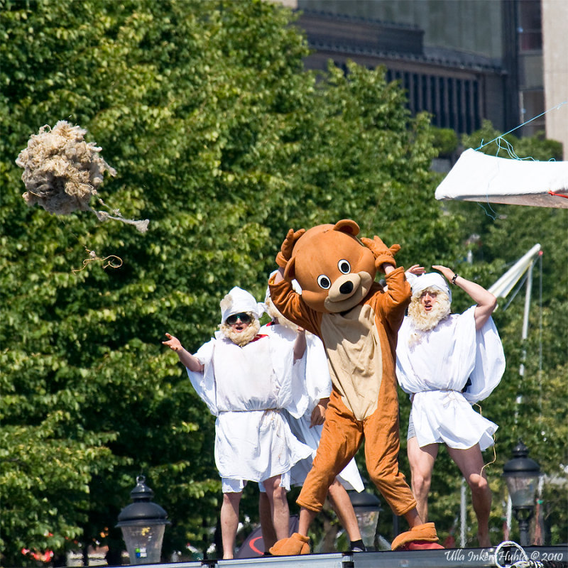 Team Abraham´s  little show. I´m not sure about the flying sheep ;o)