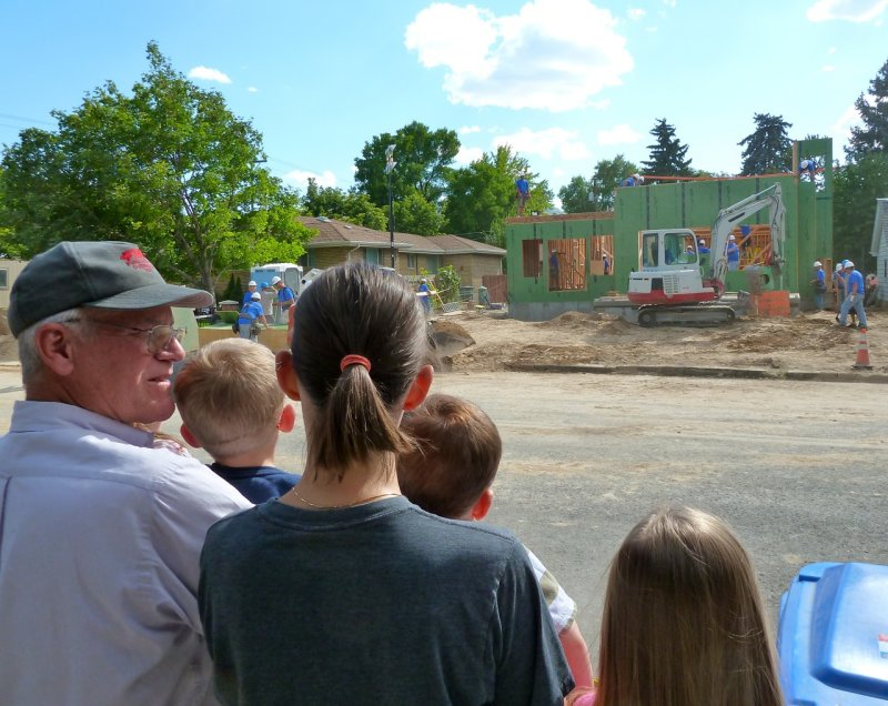 Extreme Makeover Home Edition Pocatello had Lots of Spectators - here showing a few P1020080.jpg