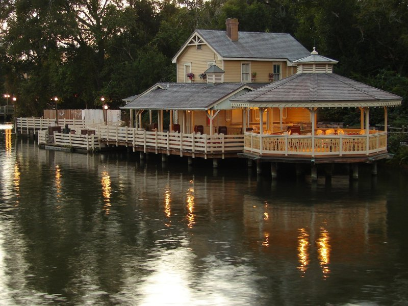 Aunt Pollys Dockside Inn on Tom Sawyer Island