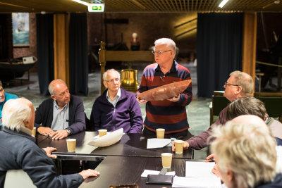 Per Henning Kittilsen sier noen ord om sin modell av en Killling seilbåt
