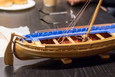 Som sagt, katalansk fiskerbåt. Snerten sak, friske farger, høy latinerseilrigg. Merk roret som stikker dypere enn skroget.