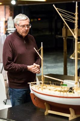 Tomm Lund sier noen ord om sin Colin Archer-modell fra Billings. Treskrog, plank-på-spant på vanlig måte.