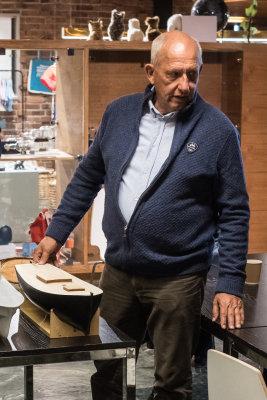 Morten Tønnesen viser sin modell av jakt fra Hardangertraktene