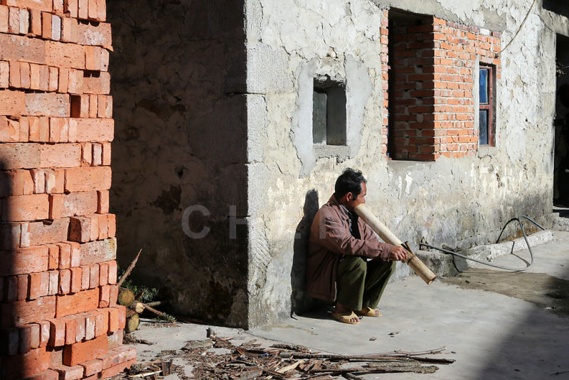 Man smoking, AiChun village