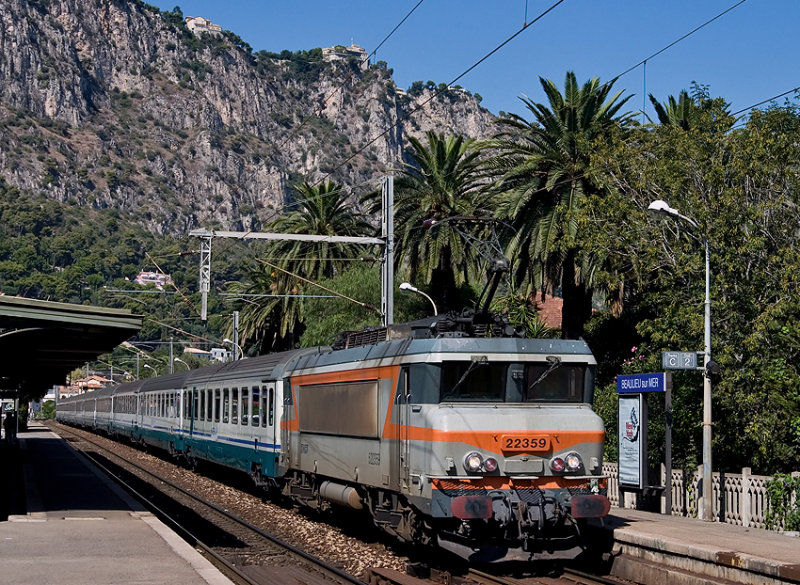 The BB22359 and an italian train coming from Milano, at Beaulieu-sur-Mer.