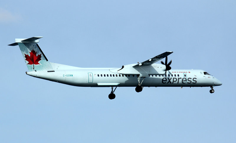 Air Canada Express Dash-8-400 approaching JFK Runway 4R