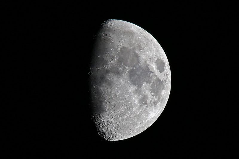 700 mm moon small 5DM30844.jpg
