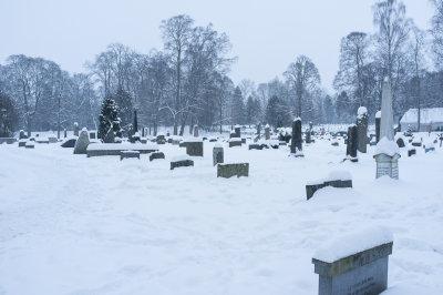 Vi er på kirkegården og tenner lys på familiegraven