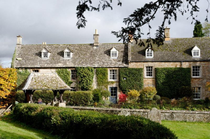 Kingham - houses by the churchyard